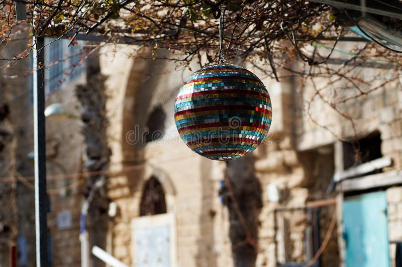 Boule de disco accrochant dans la cour de maison images stock
