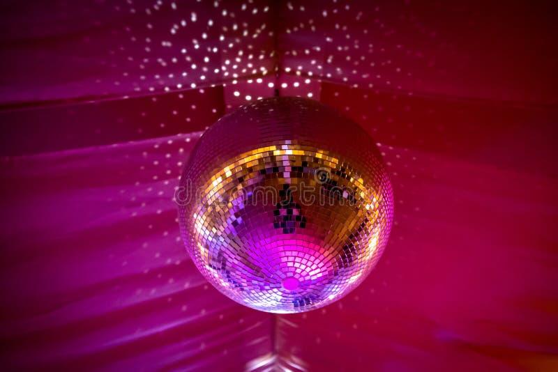 Boule de disco avec la lumière sining image stock
