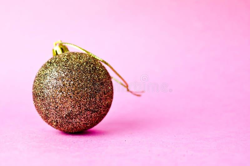 Boule de fête décorative brillante futée de Noël de Noël de petit hiver en plastique en verre jaune d'or de rond belle, jouet de  photos stock