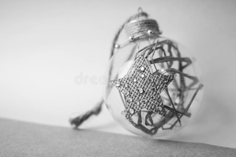 Boule de fête de Noël de petit de rond de cru Noël décoratif futé fait maison transparent en verre de hippie, jouet d'arbre de No images stock