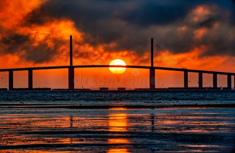 Boule de feu au pont de Skyway photographie stock libre de droits
