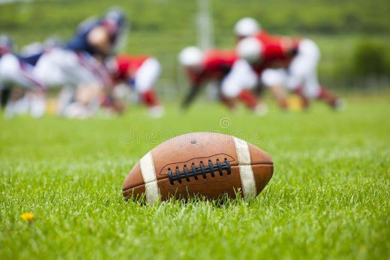 Boule de football américain sur le champ photos libres de droits