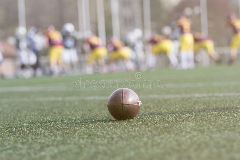Boule de football américain sur le champ image stock