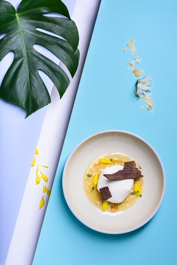 Boule de glace à la vanille servie avec du chocolat écrasé Gelato italien gastronome photo libre de droits