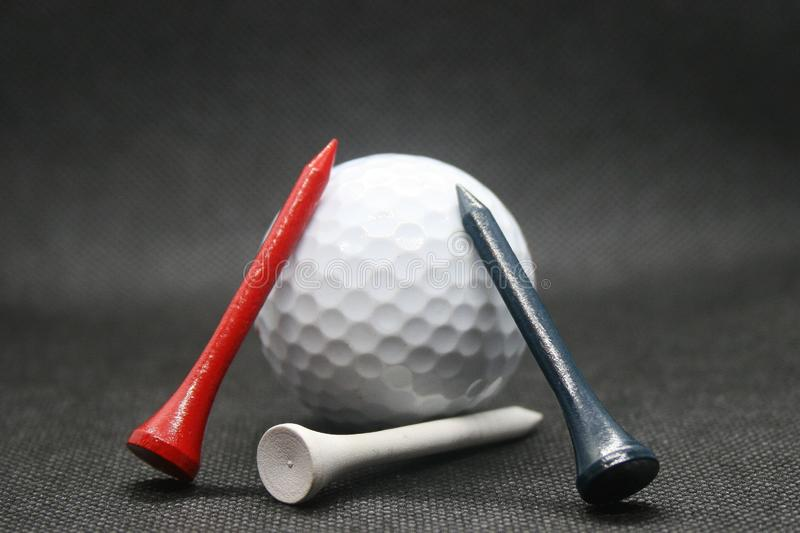 Boule de golf avec des pi?ces en t images libres de droits