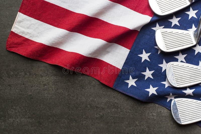 Boule de golf avec le drapeau des Etats-Unis sur le fond noir photo stock