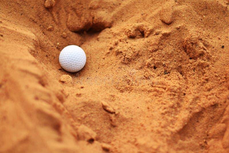 Boule de golf dans le puits de sable images libres de droits