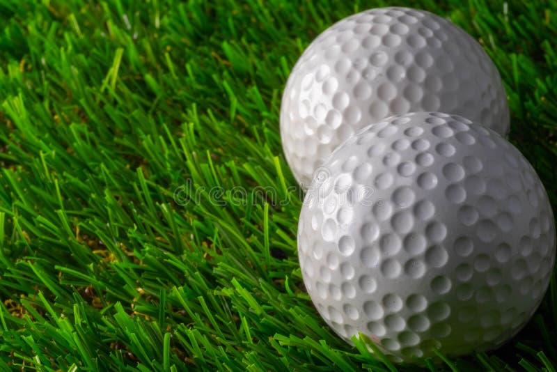 Boule de golf deux sur l'herbe image libre de droits