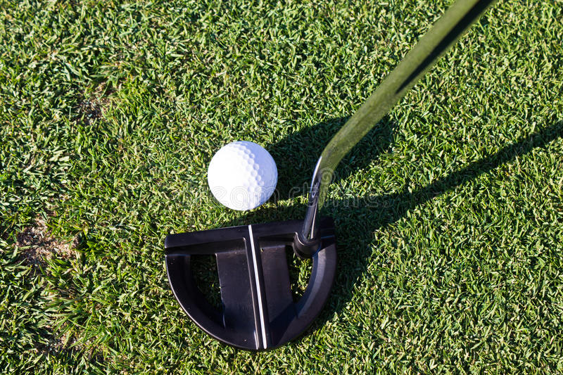Boule de golf et club de putter photos libres de droits