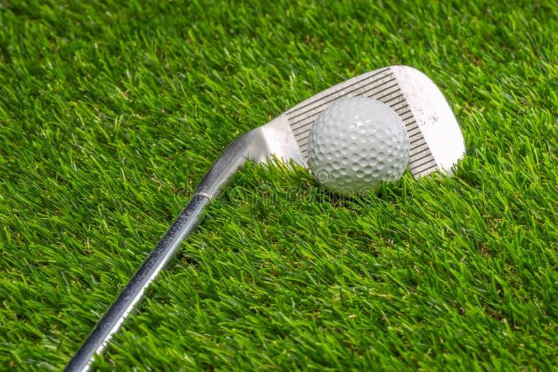 Boule de golf et club de golf sur l'herbe images stock