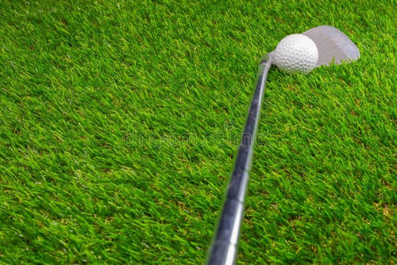 Boule de golf et club de golf sur l'herbe photographie stock