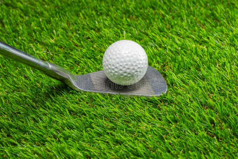 Boule de golf et club de golf sur l'herbe image stock