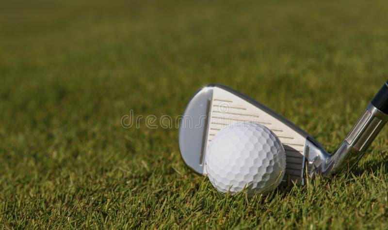 Boule de golf prête à être frappé photographie stock libre de droits