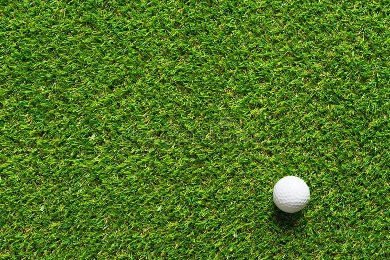 Boule de golf sur la texture d'herbe verte du terrain de golf pour le fond photo stock