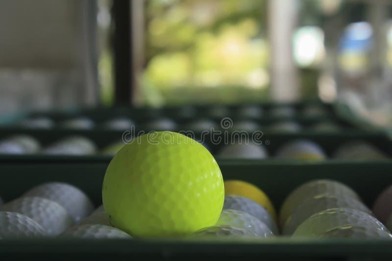Boule de golf sur le cours, champ d'exercice photos libres de droits