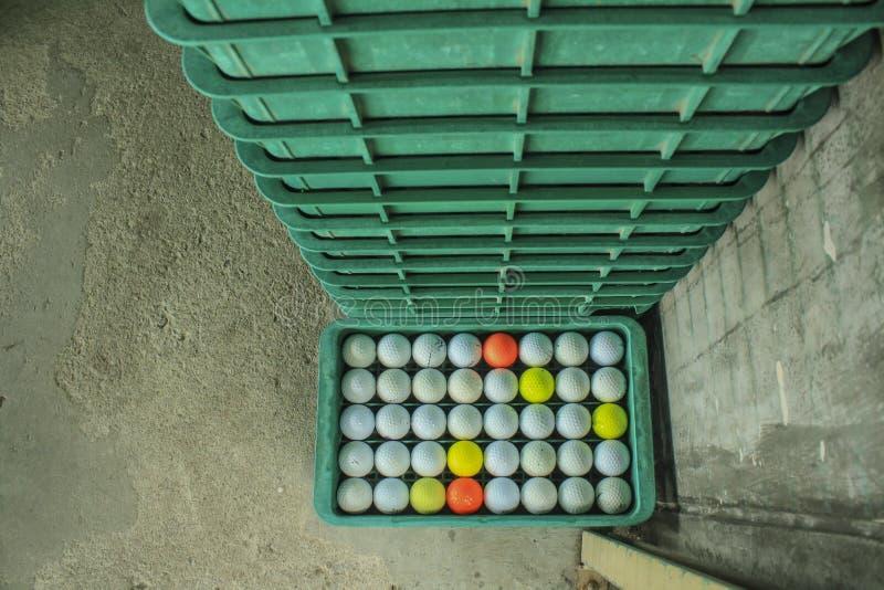 Boule de golf sur le cours, champ d'exercice photographie stock