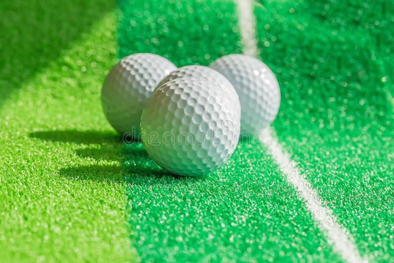 Boule de golf sur le gazon image libre de droits