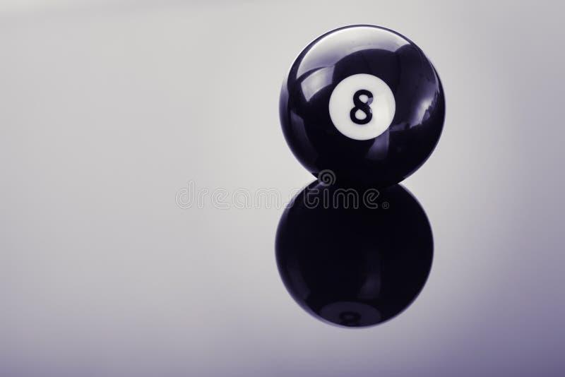 Boule de la piscine huit sur le verre images libres de droits