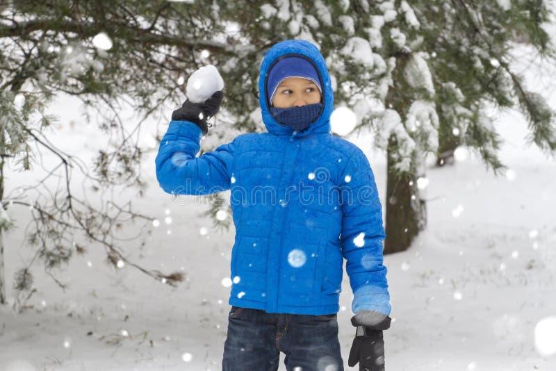 Boule de neige de jet de garçon Amusement d'hiver photo libre de droits