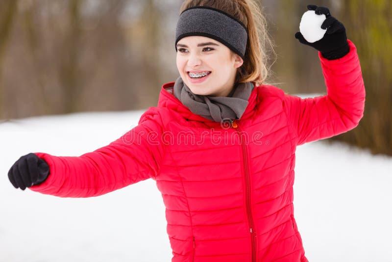 Boule de neige de lancement de femme sportive images stock