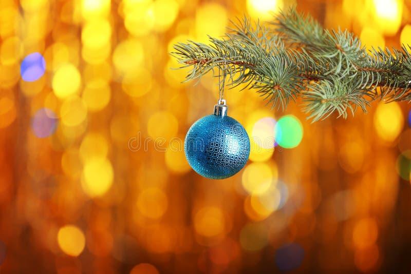 Boule de Noël accrochant sur la branche d'arbre de sapin photographie stock libre de droits
