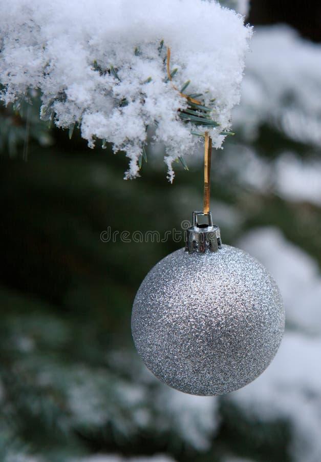 Boule de Noël accrochant sur une branche d'arbre de sapin Fond de Noël photo stock
