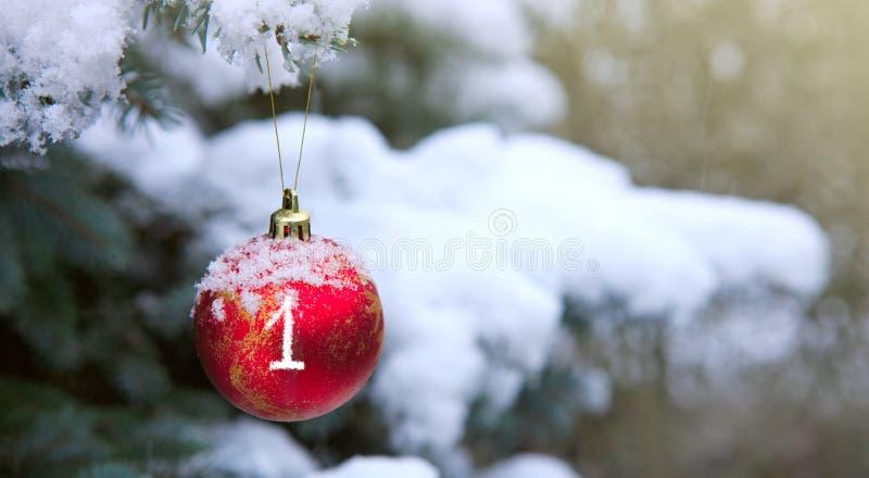 Boule de Noël accrochant sur une branche d'arbre de sapin Première arrivée images libres de droits