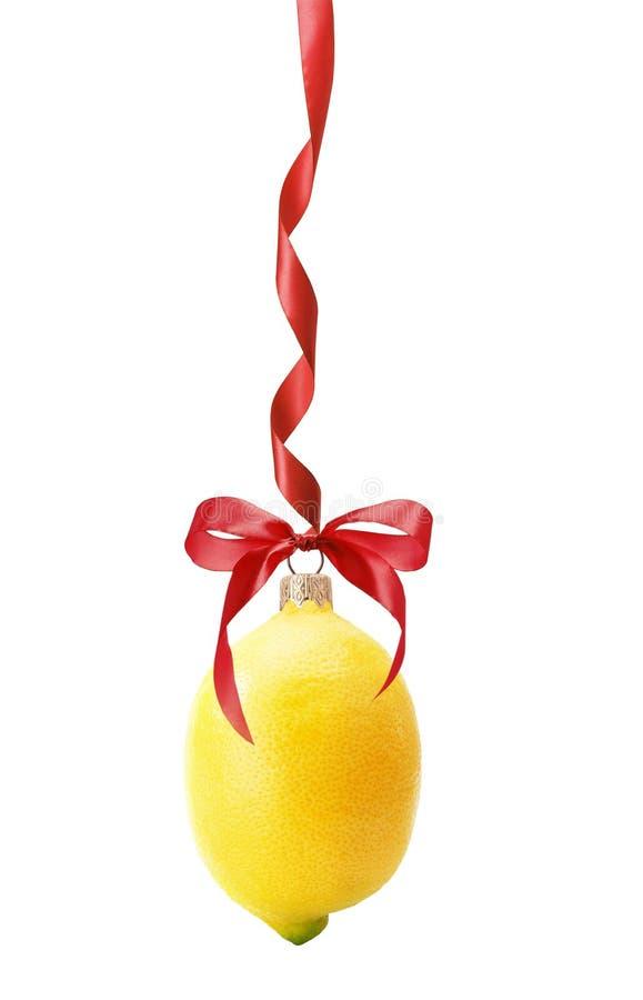 Boule de Noël dans la forme du citron d'isolement sur le backgroun blanc images stock