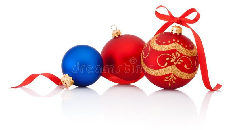 Boule de Noël de trois décorations avec l'arc de ruban d'isolement sur le blanc photographie stock libre de droits