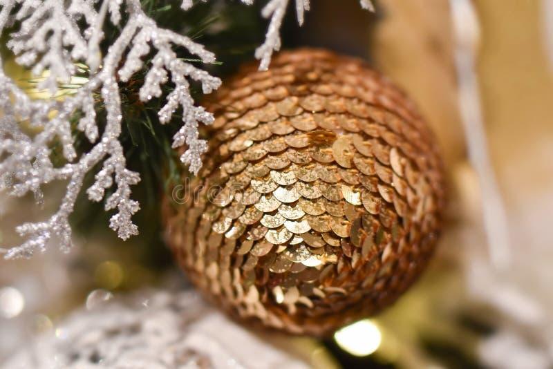 Boule de Noël des paillettes d'or images stock