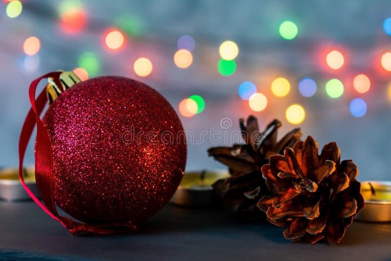 Boule de Noël et bougies brûlantes photos libres de droits