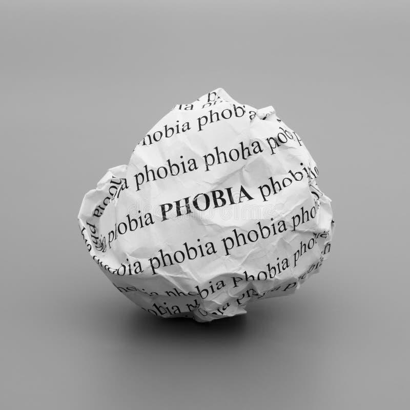 Boule de papier chiffonnée avec la phobie de mots sur le fond gris image stock
