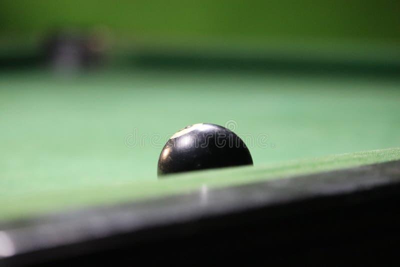 Boule de piscine de billards dans le conseil pour jouer la piscine image libre de droits