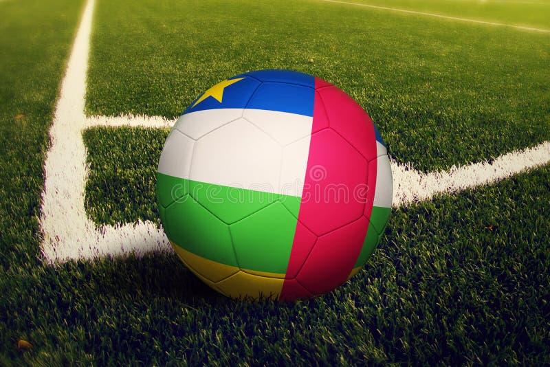 Boule de R?publique Centrafricaine sur la position de coup-de-pied faisant le coin, fond de terrain de football Th?me national du photographie stock
