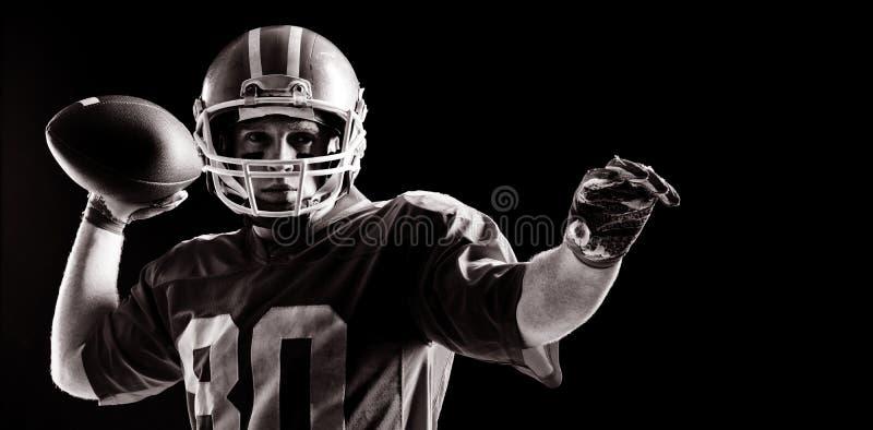 Boule de rugby de lancement de joueur de football américain photo libre de droits