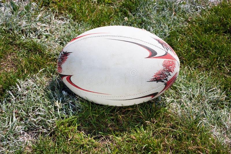 Boule de rugby se trouvant sur l'herbe verte photos stock