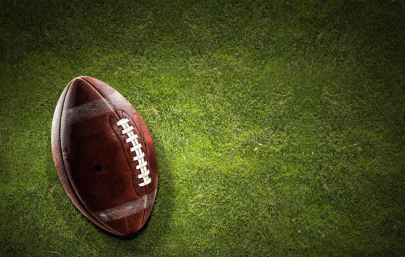 Boule de rugby sur l'herbe images stock