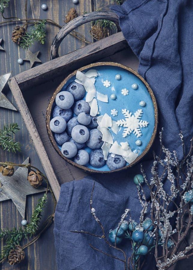 Boule de smoothie à spiruline bleue photographie stock