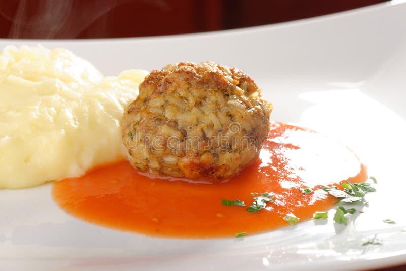 Boule de viande et purée de pommes de terre images libres de droits