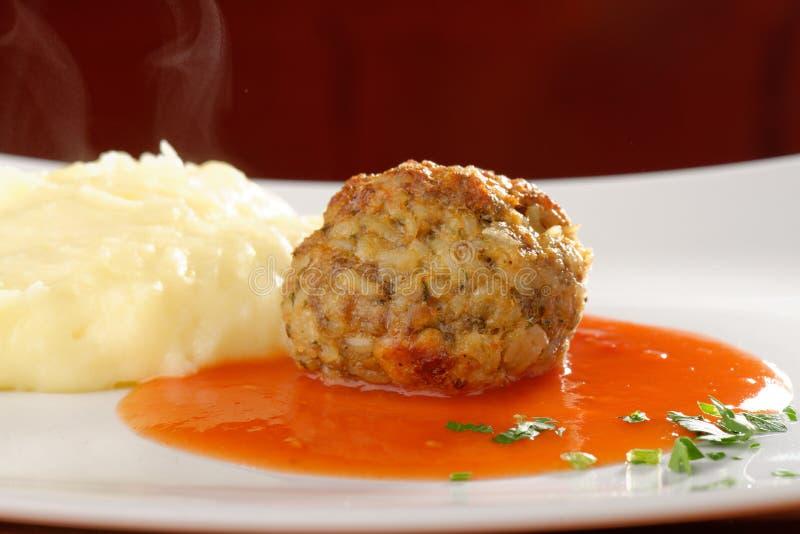 Boule de viande et purée de pommes de terre photo stock