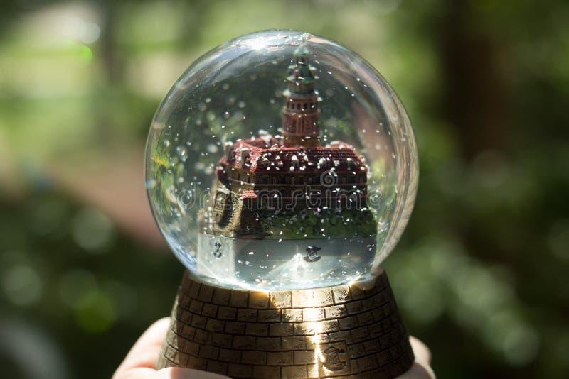 Boule en verre avec un château, souvenir photo libre de droits