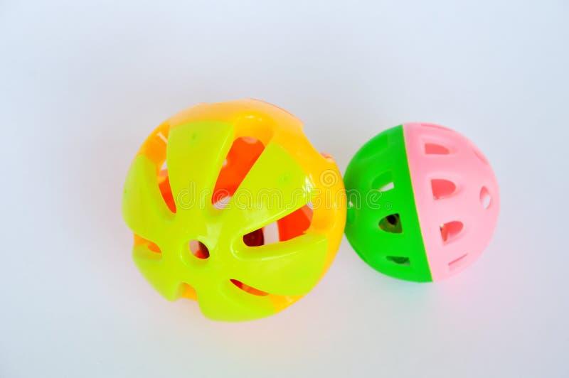 Boule et cloche en plastique colorées de jouet de chien et de chat sur le fond blanc image stock