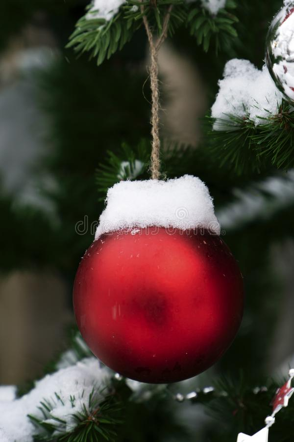 Boule et neige de Noël image stock