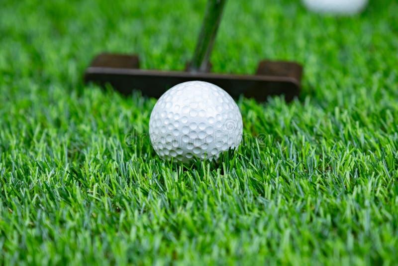 Boule et putter de golf sur l'herbe photographie stock