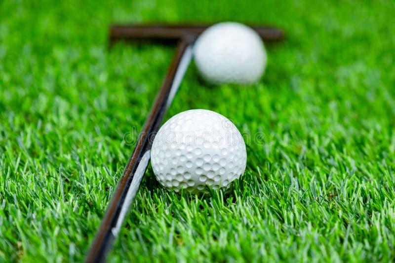 Boule et putter de golf sur l'herbe photos libres de droits