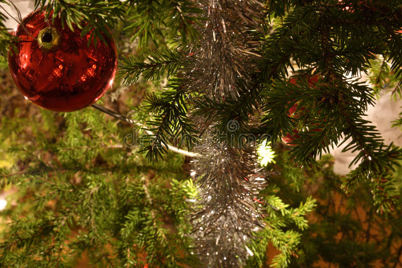 Boule et tresse d'arbre de Noël photo libre de droits