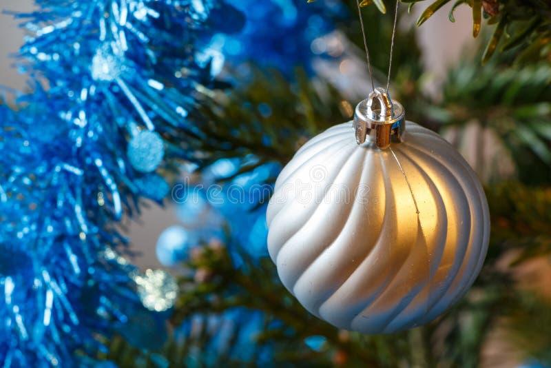 Boule et tresse de Noël sur un arbre de Noël photos stock