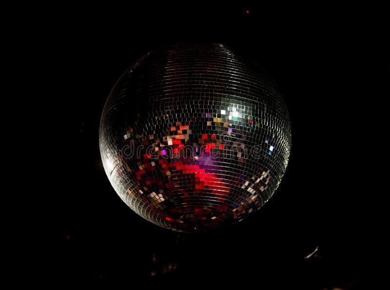 Boule géante de disco dans le discoteque images libres de droits