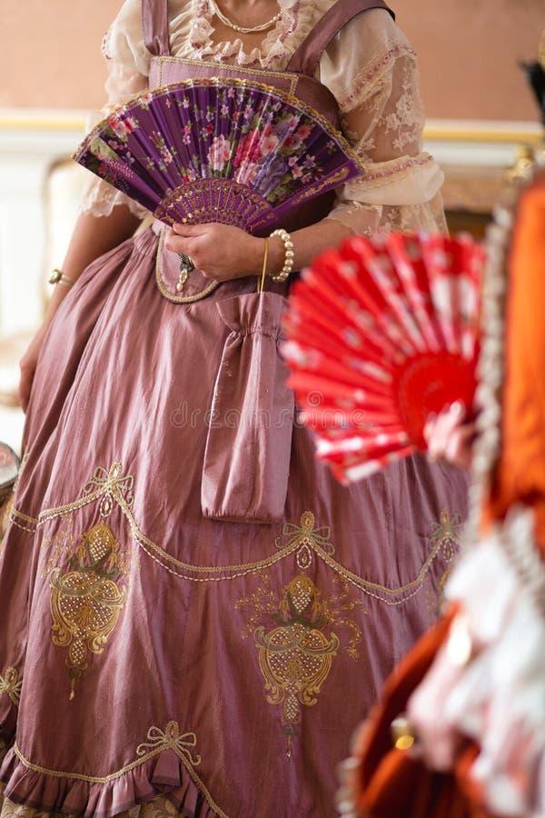 Boule médiévale royale de rétro style - le palais majestueux avec les personnes magnifiques habillées dans des amis de roi et photo libre de droits