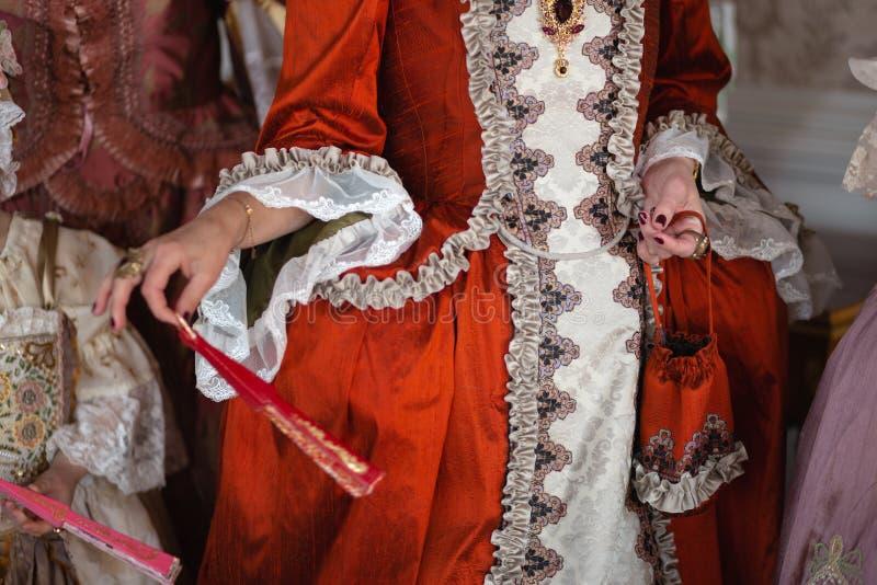 Boule médiévale royale de rétro style - le palais majestueux avec les personnes magnifiques habillées dans des amis de roi et image stock